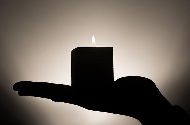 psychoterapia, świeczka na ręku