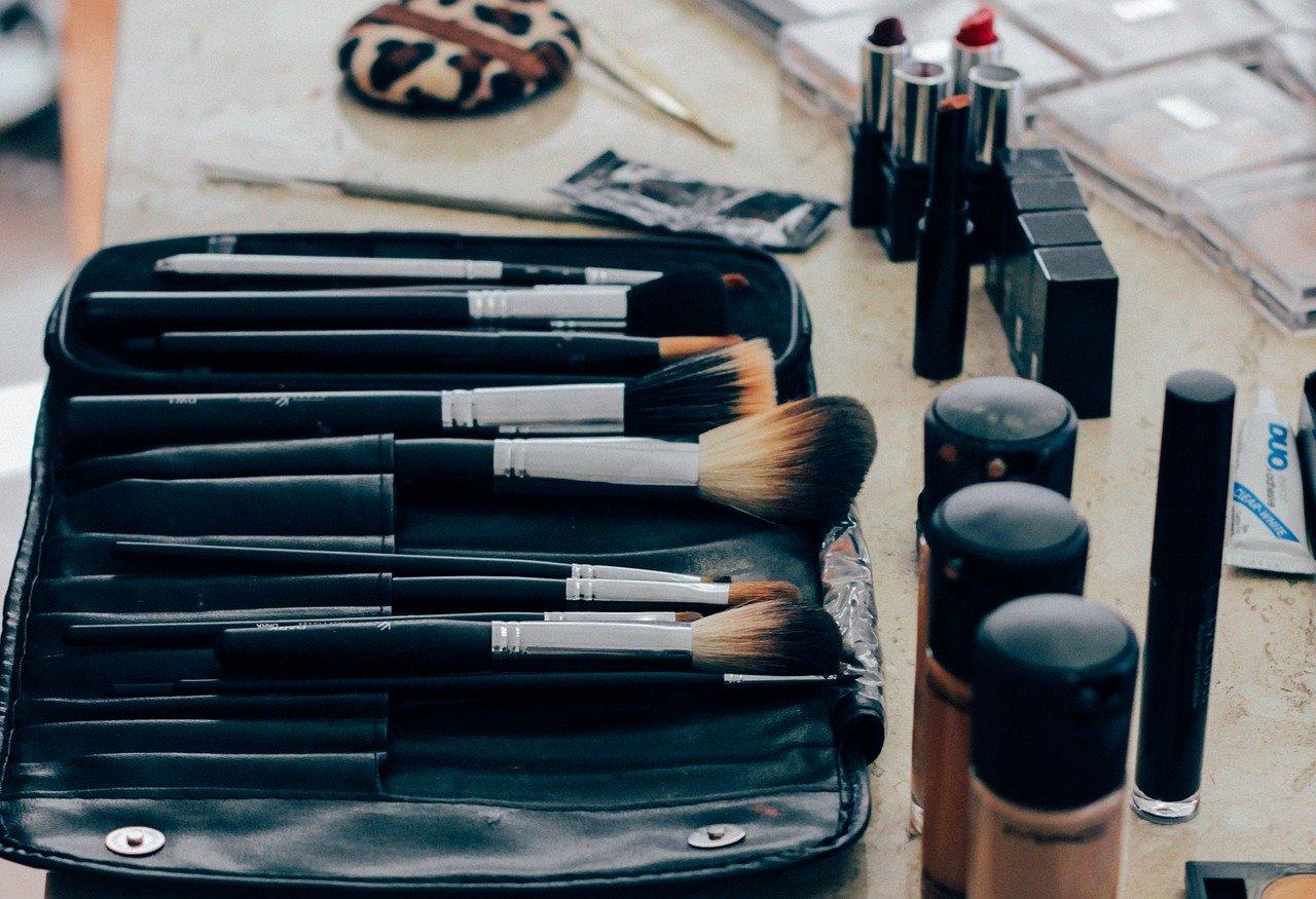 Kosmetyczka i kwas hialuronowy służący do wypełniania ust, policzków i warg